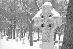 凯尔特十字架纪念碑在冬天 免版税库存图片
