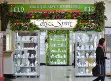 凯尔特主题的银色金银手饰店在都伯林,爱尔兰 免版税库存照片