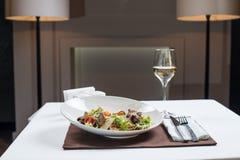 凯撒干酪包括油煎方型小面包片穿戴的叶子巴马干酪长叶莴苣沙拉海鲜 库存照片