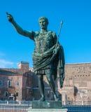 凯撒雕象在罗马 库存照片