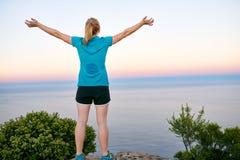 凯旋站立在山上面的少妇 免版税图库摄影