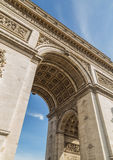 凯旋门在巴黎在与云彩的天空下 免版税库存照片