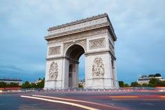 凯旋门在巴黎在晚上 图库摄影