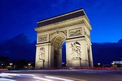 凯旋门在巴黎在晚上 免版税库存照片
