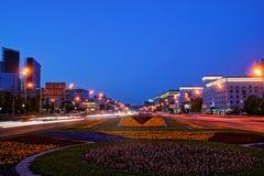凯旋门的看法在库图佐夫大道的移动的车晚上和踪影沿路的 免版税库存图片