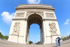 凯旋门的巴黎游人 免版税库存图片