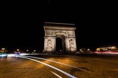 凯旋门巴黎在晚上 库存照片