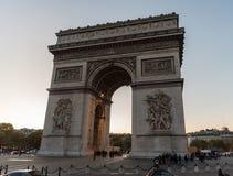 凯旋门de l ` Ã ‰ toile凯旋门在日落的星在10月下旬 免版税库存照片