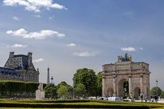 凯旋门du Carrousel:位于卡鲁索广场的凯旋门在天窗旁边在巴黎,法国 库存照片