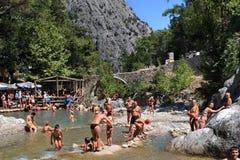 凯梅尔,土耳其,托鲁斯山脉,游泳在mountai的游人 免版税库存图片