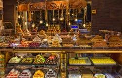 凯梅尔,土耳其- 2017年10月4日:传统土耳其快乐糖在凯梅尔老义卖市场商店 库存照片