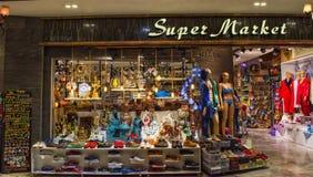 凯梅尔,土耳其- 2017年10月4日:土耳其物品和纪念品在凯梅尔老义卖市场商店 免版税库存照片