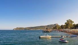 凯梅尔,土耳其- 2017年10月4日:地中海的海岸有在山的一个看法 免版税库存图片