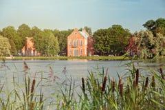 凯瑟琳公园伟大的池塘在普希金, Tsarskoe Selo,圣彼德堡,海军部亭子 免版税库存照片