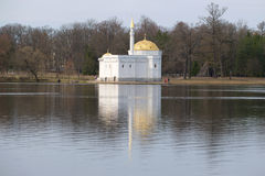 凯瑟琳公园,多云4月天的伟大的池塘的土耳其浴亭子 Tsarskoye Selo 库存图片