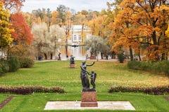 凯瑟琳在Tsarskoye Selo在秋天,在圣彼得堡附近 免版税库存图片