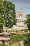 凯瑟琳宫殿在Tsarskoye与教会的Selo普希金  免版税库存照片