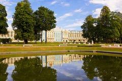 凯瑟琳宫殿彼得斯堡俄国selo st tsarskoe 横向孔雀夏天视图 免版税库存照片