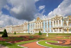 凯瑟琳宫殿彼得斯堡俄国selo st tsarskoe 横向孔雀夏天视图 库存照片