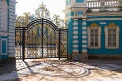 凯瑟琳宫殿金门在Tsarskoe Selo 免版税库存图片