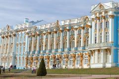 凯瑟琳宫殿门面的片段多云4月下午的 Tsarskoye Selo 免版税库存照片