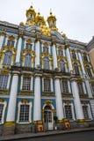 凯瑟琳` s宫殿金黄圆顶在一个冬日在普希金,圣彼得堡,俄罗斯 免版税库存照片