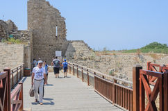 凯瑟里雅、以色列- 7月30日,古老公园在凯瑟里雅,古老堡垒和人们步行桥的 免版税库存照片
