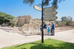 凯瑟里雅,以色列- 7月30日,信息标志和一个小组游人在古老拜占庭式的公园在凯瑟里雅-凯瑟里雅, 2015年 免版税图库摄影
