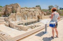 凯瑟里雅,以色列- 7月30, -古老古色古香的拜占庭式的公园在凯瑟里雅,以色列 游人读指示是后面的凯瑟里雅 免版税库存图片