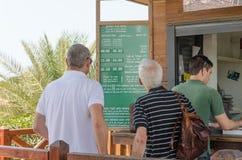 凯瑟里雅,以色列- 7月30, -在售票亭附近的游人在古老公园在凯瑟里雅- 2015年在以色列 库存图片