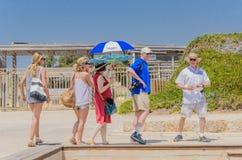 凯瑟里雅,以色列- 7月30, -外国年轻游人在古老公园在凯瑟里雅, 2015年 库存照片