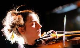 凯茜卢卡斯, Fanfarlo带的小提琴手,在Apolo执行 库存图片