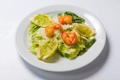 凯萨色拉用海鲜和油煎方型小面包片穿戴用帕尔马干酪 免版税图库摄影