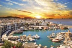 凯里尼亚海湾的美丽的景色在凯里尼亚Girne,北部塞浦路斯 库存图片