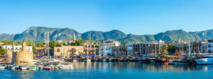 凯里尼亚港口全景  凯里尼亚(Girne),塞浦路斯 库存图片