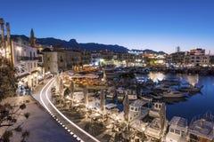 凯里尼亚港口风景夜视图有山的在背景 库存照片