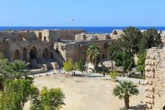 凯里尼亚,塞浦路斯- 2016年10月, 14 :凯里尼亚城堡 土耳其和北赛普勒斯土耳其共和国旗子  免版税图库摄影