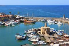 凯里尼亚,塞浦路斯- 2016年10月, 14 :凯里尼亚港口看法从中世纪城堡的 图库摄影