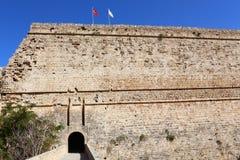 凯里尼亚,塞浦路斯- 2016年10月, 14 :凯里尼亚门和墙壁防御与土耳其和北赛普勒斯土耳其共和国旗子  免版税库存照片