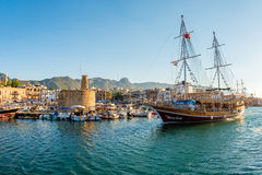 凯里尼亚(Girne),塞浦路斯- 7月5 :大型驱逐舰在凯里尼亚港口 免版税图库摄影