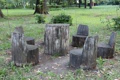 凳子和桌从树树干  免版税库存照片