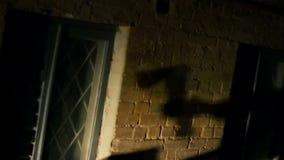 凶手的手威胁的受害者的血液使变冷的阴影有轴的,恐怖片 股票录像