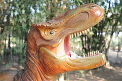 凶猛恐龙在公园 免版税库存照片