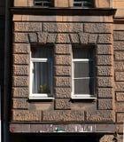 凸出的三面窗在一个老房子里 免版税库存照片