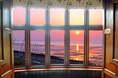凸出的三面窗日落 库存照片
