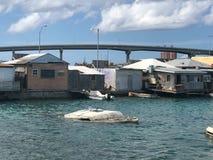 凹下去的小船在恶劣的奔跑后的水中在房子下 图库摄影