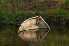 凹下去的小船 库存照片