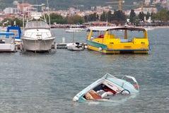 凹下去的小船 免版税库存照片