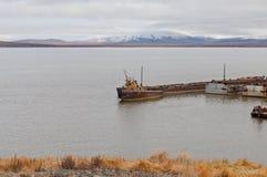 凹下去的帆船附载的大艇 库存图片