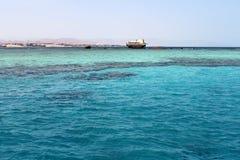 凹下去的船在Sharm El谢赫,埃及附近的红海 老葡萄酒海难 图库摄影